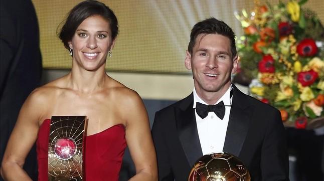 Carli Lloyd posa junto a Messi en la gala del Balón de Oro de Zúrich