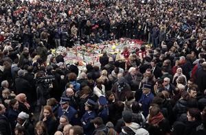 Minuto de silencio en la céntrica plaza de la Bolsa de Bruselas.