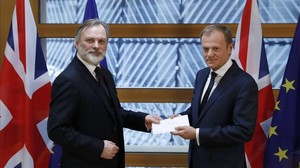 El representante británico permanente en la UE, Tim Barrow, entrega la carta de May activando el brexit a Donald Tusk, presidente del Consejo Europeo, en Bruselas, el 29 de marzo.