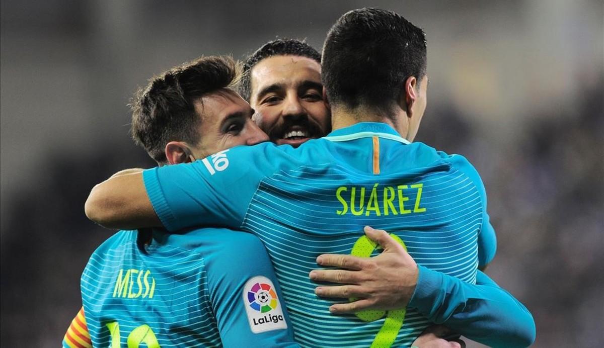 Leo Messi y Arda Turan felicitan a Luis Suárez, autor de un gol