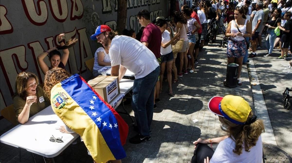 Venezolanos votando en la calle de Barcelona en el referendum de oposición a Maduro