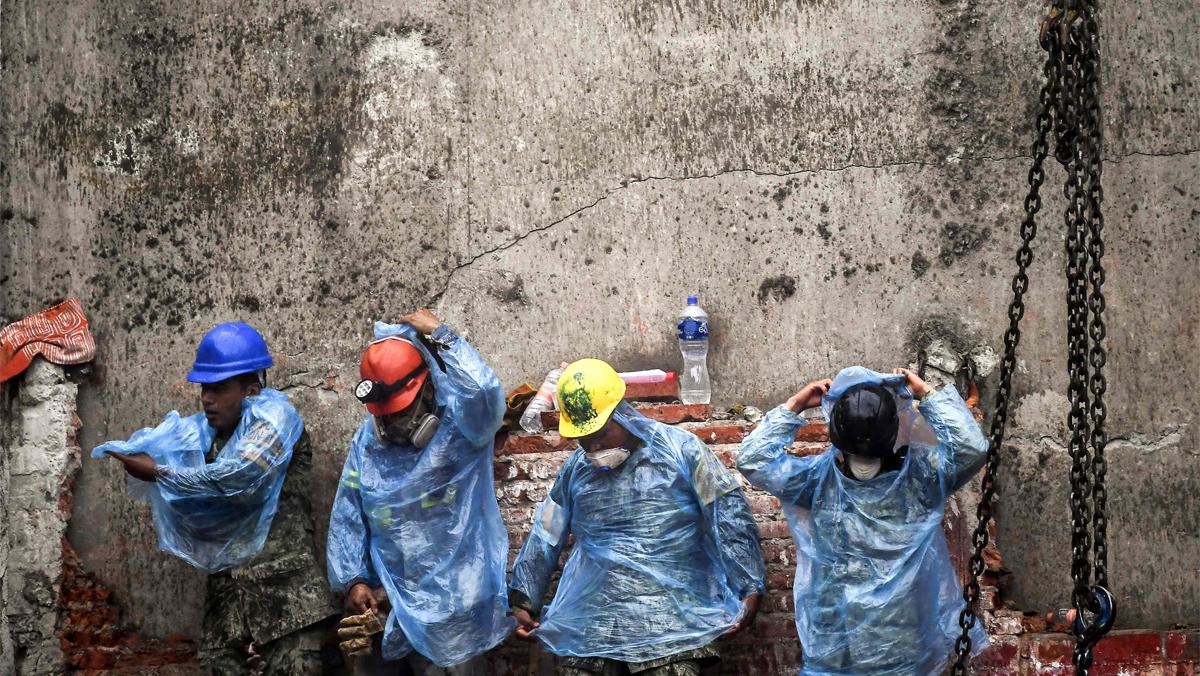 Tres días después, los equipos de rescate siguen hallando supervivientes del terremoto en México