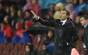 Valverde a instrucciones desde la banda durante el Barça-Sevilla.