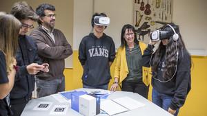 Elisa Durán y Genís Roca, con varios alumnos participantes en la presentación del programa de EduCaixa