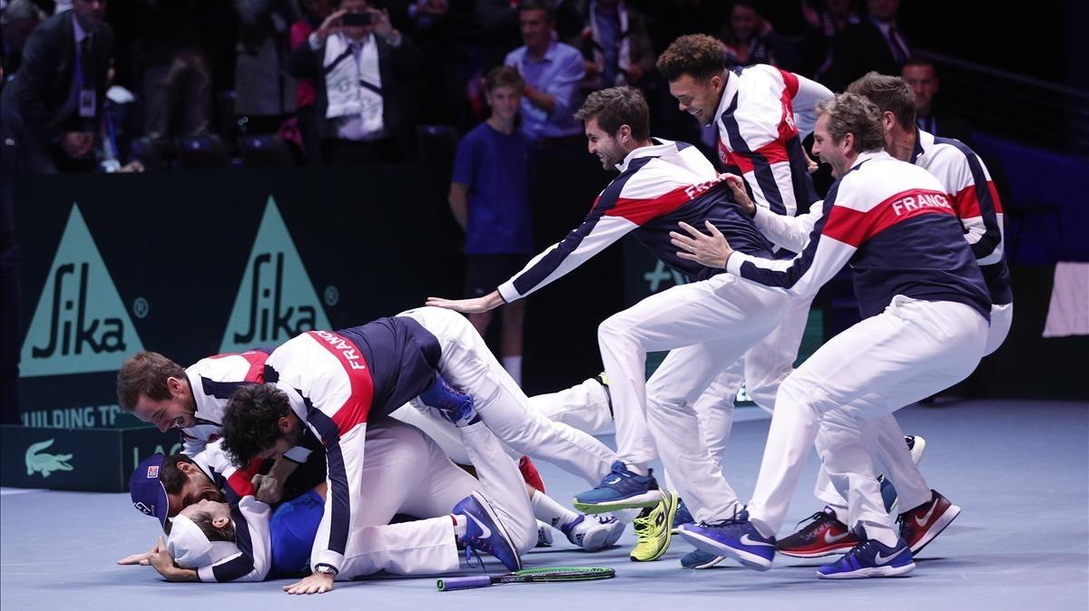 El equipo francés se abalanza sobre Lucas Pouille tras conseguir este el punto definitivo sobre Steve Darcis en la final de la Copa Davis.