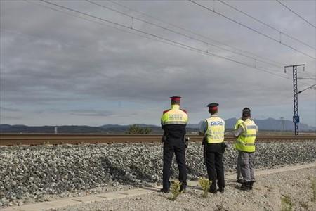 Agentes de los Mossos y vigilantes privados en el lugar del sabotaje, el jueves.