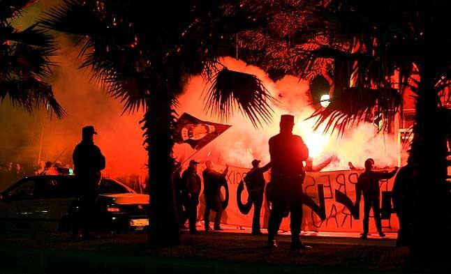 Tensión. Concentración de los Boixos Nois en los alrededores del Camp Nou. 20 de noviembre del 2004.