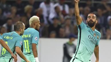 Arda Turan celebra el gol del moment�neo empate que marc� al Borussia Moenchengladbach.
