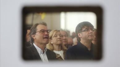 El 'president' Carles Puigdemont y el 'expresident' Artur Mas, en unacto del PDECat en el Teatre Nacional de Catalunya.