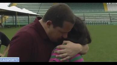 La mare d'un jugador mort del Chapecoense consola un periodista
