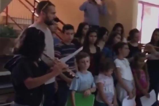 Una escola grega dona la benvinguda a nens refugiats cantant-los 'L'estaca' de Lluís Llach