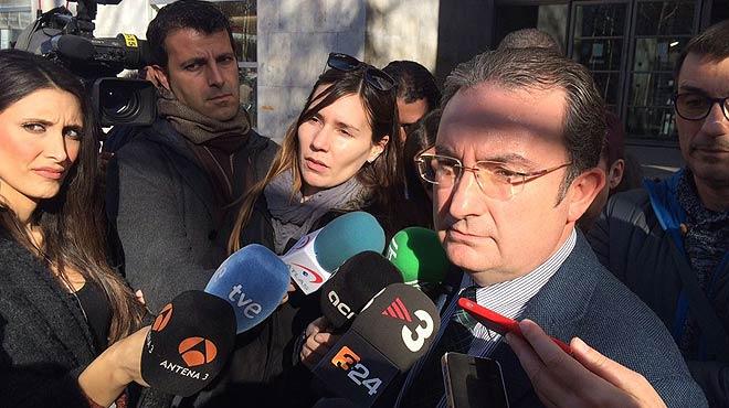 El fiscal del caso del ni�o muerto en Girona, Enrique Barata, habla a la salida de los juzgados de Girona.