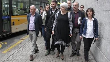 La alcaldesa de Badalona, Dolors Sabater, encabeza la comitiva de apoyo a los concejales que han acudido este martes a declarar por un presunto delito de desobediencia.
