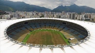 El estadio de Maracaná, con el césped amarillento por el abandono, también tiene la luz cortada por impago.