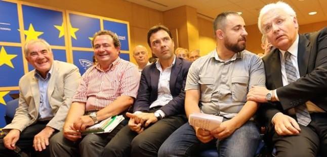 A la derecha,Ferran Mascarell yFabian Mohedano hablandurante la lectura del 'Manifiest per la Unitat Catalanista en el Parlament Europeu', con Ernest Maragall a la izquierda.