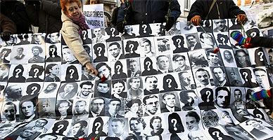 Familiares de víctimas del franquismo se manifiestan delante del Tribunal Supremo.