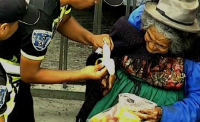 El gest d'uns policies amb una indigent gran emociona al Perú