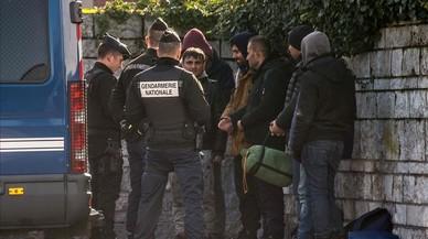La policía francesa intercepta a un grupo de refugiados que intentan entrar en el Reino Unido por el paso de Calais.