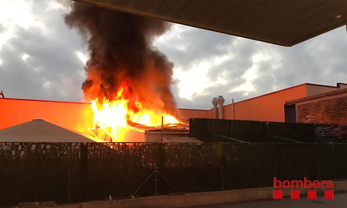 Un incendio en el prostíbulo Paradise de La Jonquera obliga a desalojar a 140 personas