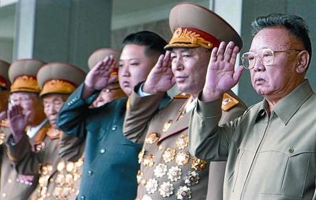 Corea del Norte exhibe su fuerza militar y viste de largo al heredero