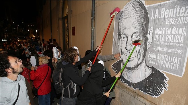 La fiscalía apoya un pacto de pena leve para los mossos acusados de matar a golpes a Benítez