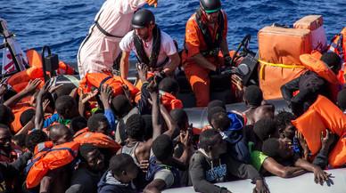 Miembros del equipo de MSF en el 'Bourbon Argos' distribuyen chalecos salvavidas durante el rescate en aguas del Mediterr�neo, este martes.