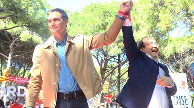 Sánchez esboza una solución federal y critica a Rajoy y al Govern