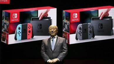 El presidente de Nintendo, Tatsumi Kimishima, presenta la nueva consola Nintendo Switch.