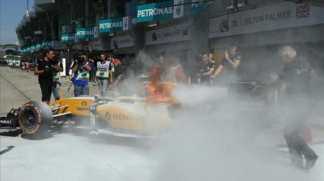 El Renault de Magnussen ardiendo en el GP de Malasia