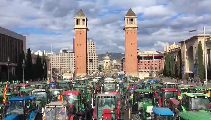 Tractorada en la avenida Maria Cristina de Barcelona