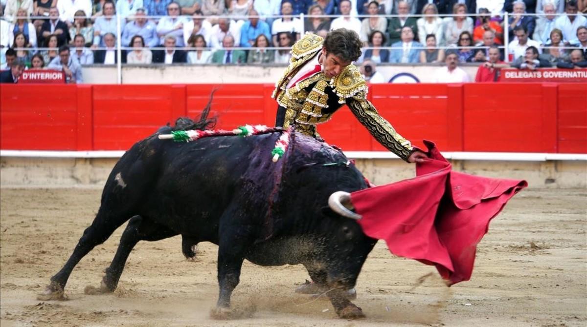 corrida de toros La corrida de toros o toreo es una fiesta que consiste en lidiar toros bravos, a pie o a caballo, en un recinto cerrado para tal fin, la plaza de toros[1.