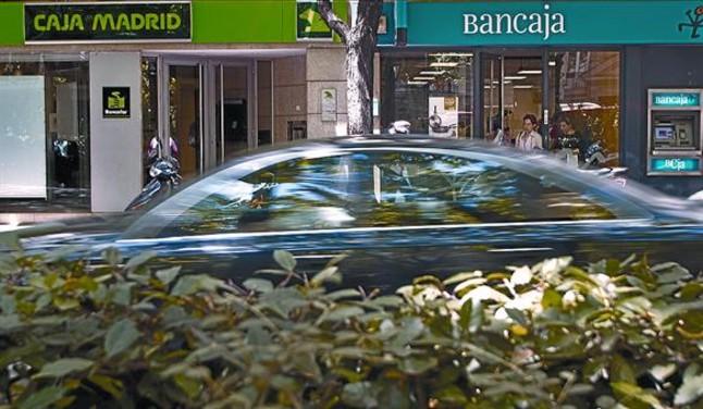 Sucursales de Caja Madrid y de Bancaja en una calle de Valencia.