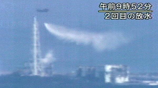 Els tècnics s'esforcen per evitar el desastre nuclear a la central de Fukushima.