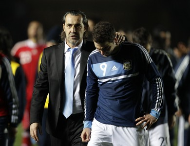 Sergio Batista con Gonzalo Higuaín durante el partido contra Uruguay en la Copa América.