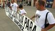 Familiares y amigos del lavacoches sostienen una pancarta de apoyo al recluso, en la plaza de Les Mallorquines de Montgat.