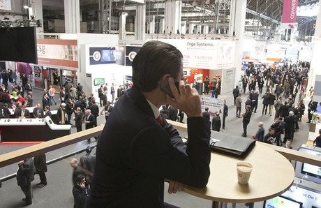 Un usuario de m�vil durante el Mobile World Congress 2012.