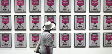 Una mujer contempla el cuadro de Warhol en Nueva York.
