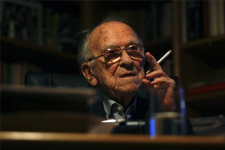 Santiago Carrillo, con un cigarrillo en su habitual pose.
