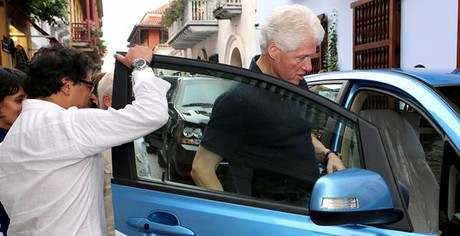 Bill Clinton, subiendo a un taxi elctrico en Cartagena de Indias.
