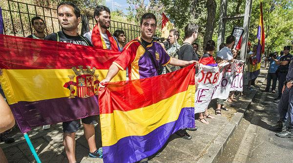 Decenas de personas reciben a los Príncipes de Asturias con abucheos en Cáceres.