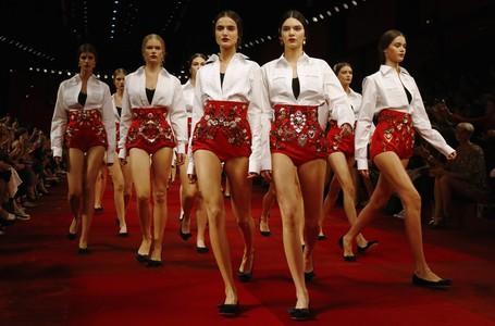 Las modelos lucen la propuesta m�s espa�ola de Dolce&Gabbanna, este domingo en Mil�n.