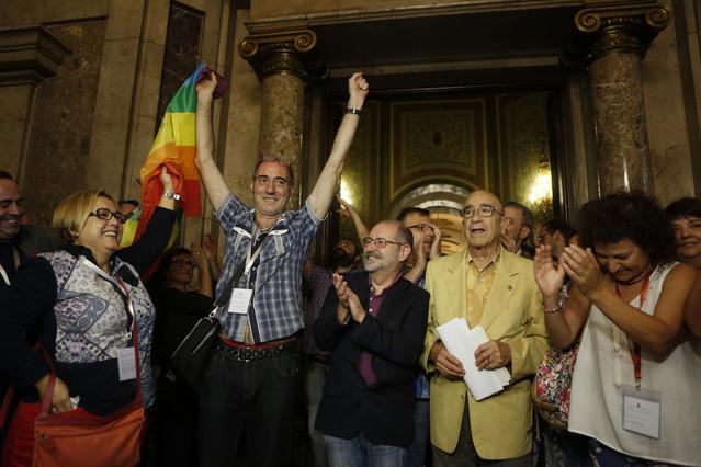 Miembros del colectivo LGTB celebran la aprobación de la ley contra la homofobia, este jueves en el Parlament.