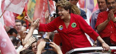 Dilma Rousseff saluda a sus seguidores durante un acto de campa�a, este s�bado en Porto Alegre.
