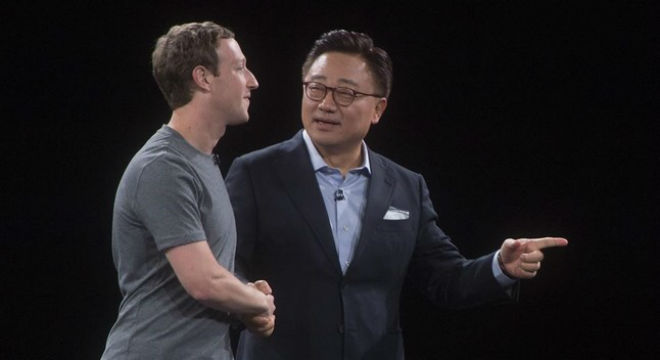 Marck Zuckerberg, de Facebook, saluda al responsable de la división de móviles de Samsung, DJ Koh, en Bacelona.