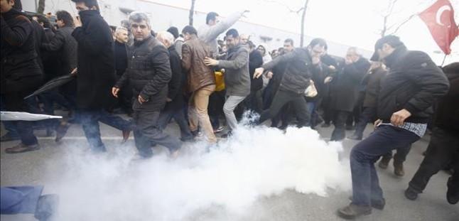 Gases lacrimógenos contra los manifestantes en Turquía a favor de Zaman.