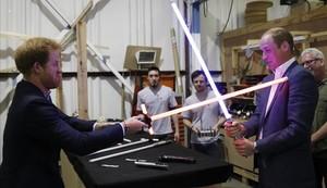 Los príncipes Enrique y Guillermo juegan con las espadas de luz de Star Wars en su visita a los estudios de Londres donde se está rodando la octava entrega de la saga.