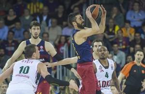 Juan Carlos Navarro trata de pasar el balón ante Draper, durante el cuarto partido de los cuartos de final de la Euroliga de baloncesto entre el FC Barcelona y el Lokomotiv.