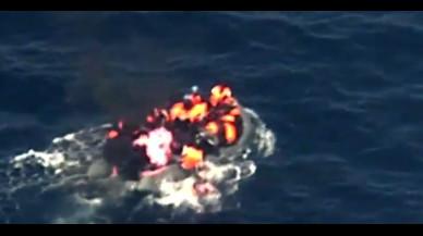 Un vídeo capta el dramàtic moment en què es produeix un incendi en una pastera plena d'immigrants