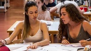 Dos estudiantes, en una biblioteca de Barcelona