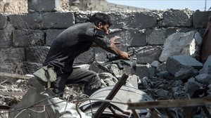 zentauroepp39250283 a member of the iraqi forces walks through the rubble while 170710205841